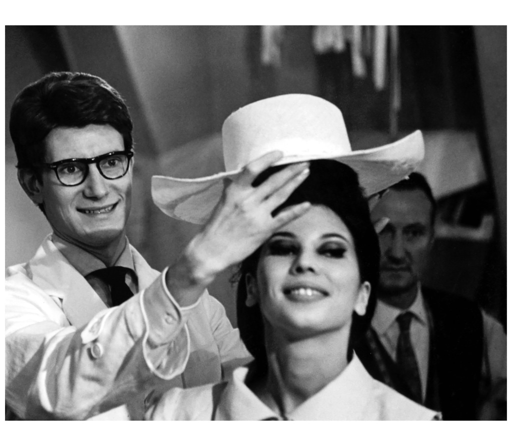 yves-saint-laurent-19611962-prc3a9paration-de-la-premic3a8re-collection-avec-victoire-1962-photo-pierre-boulat