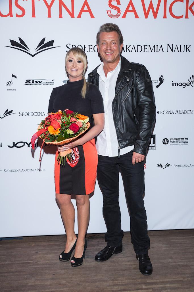 Justyna Sawicka i Jaroslaw Jakimowicz z kwiatami po premierze,fot. Pawel Wodzynski